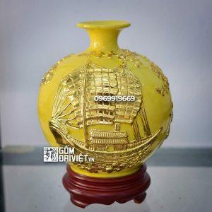 Bình hút tài lộc đắp nổi Thuận Buồm Xuôi Gió dát vàng Bát Tràng - Men vàng - 22cmx22cm