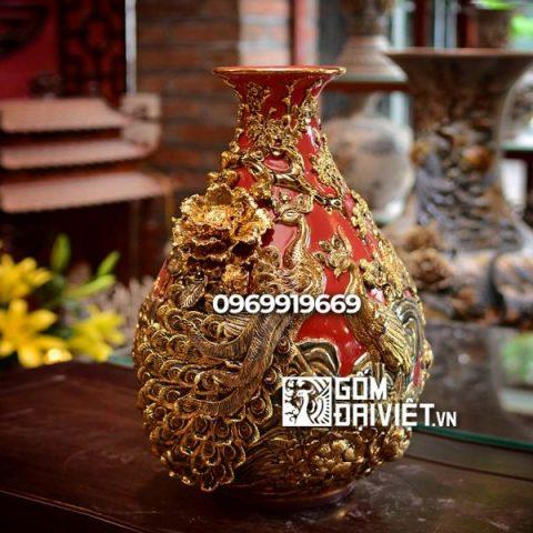 Bình gốm sứ phong thủy vẽ vàng đắp nổi màu đỏ tỏi chim công